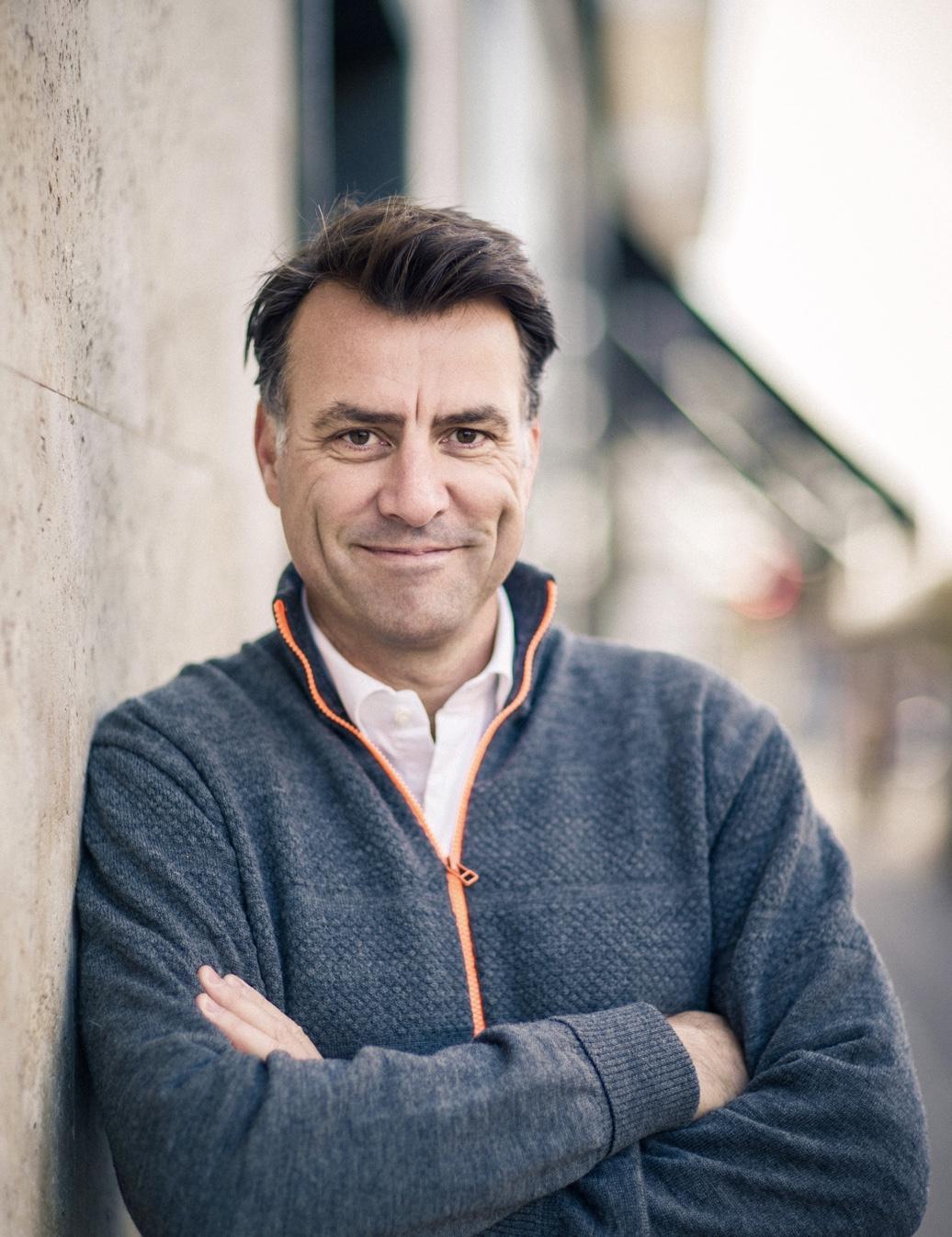 TV2s Mikael Kamber: Derfor skal vi smile mere til hinanden